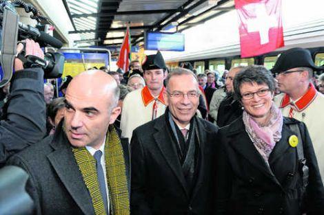 Unser Bild zeigt Germann (Mitte), Bundesrat Berset (links) und Germanns Gattin Karin. Bild Selwyn Hoffmann