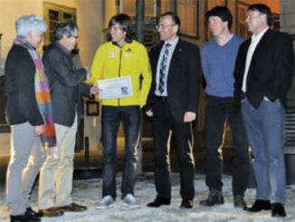 Ernst A. Müller, Initiant des Meta-Preises, übergibt Marco Kern (im gelben Dress) den Preis im Beisein von LCS-Präsident Peter Knöpfli, Trainer Daniel Rahm, Ständerat Hannes Germann und Renate Müller (von rechts nach links).