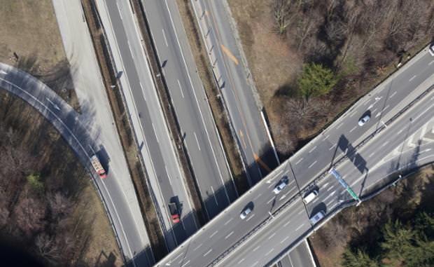 Geht es nach dem Ständerat, sollen sich die Autofahrer weniger stark am Strassenfonds beteiligen, als es der Bundesrat vorsah. (Bild: Gaetan Bally / Keystone)
