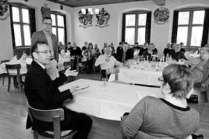 Rund 60 Gäste verfolgten das Gespräch zwischen Sandro Stoll (stehend), Hannes Germann und Doris Kleck (Bild Selwyn Hoffmann).