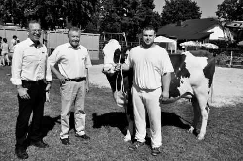 Stolzer Gewinner: Beni Notz aus Güttingen TG mit Hauptpreis Irene und den Spendern Hannes Germann und Dieter Sommer von der Ersparniskasse Schaffhausen. Bild dfk