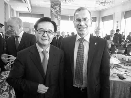 Der chinesische Handelsminister Goa Hucheng mit APK-Präsident und Ständeratsvize Hannes Germann.Bild zvg