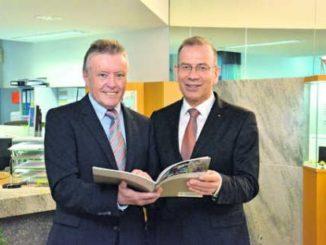 Bankdirektor Dieter Sommer (links) und Verwaltungsratspräsident Hannes Germann sind stolz auf das gute Geschäftsjahr 2013 der Ersparniskasse.Bild Rolf Fehlmann