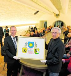 Hannes Germann (links), Präsident des Ständerates 2013/2014, mit seiner eigens für ihn gefertigten Urkunde. Rechts der Künstler Claude Ragaz.Bild Selwyn Hoffmann