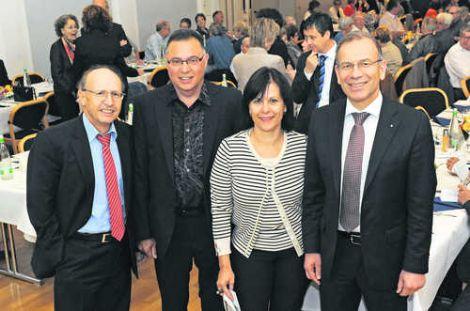 HEV-Präsident Gion Hendry (links) und Ständeratspräsident Hannes Germann umrahmen Renato Brunetti (2. von links) und Karin Spörli. Bild Eric Bührer