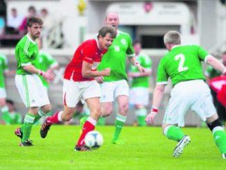 Nationalrat Jürg Grossen (GLP/BE, in Rot) vom FC Nationalrat im Kampf gegen drei Spieler der Mannschaft Botschaften. Bild Key