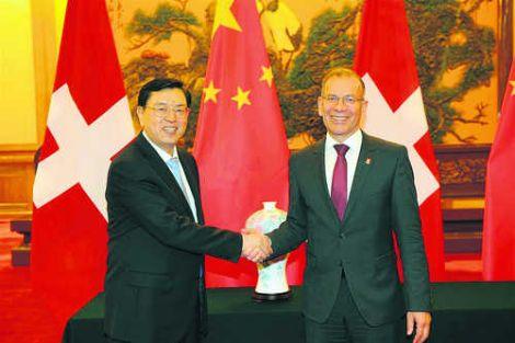 Einer der vielen Höhepunkte des China-Besuchs: Zhang Dejiang, Vorsitzender des Nationalen Volkskongresses, und Ständeratspräsident Hannes Germann beim anschliessenden Handshake.Bild zvg