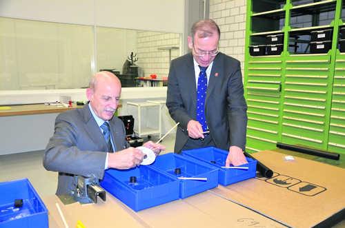 «Das Kind im Manne»: Giorgio Behr (links) und Hannes Germann an einer Werkbank im «go tec!»-Labor.Bild Zoltan Tamassy