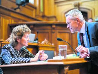Bundesrätin Eveline Widmer-Schlumpf diskutiert im Ständerat mit Werner Luginbühl (BDP/BE).Bild Key