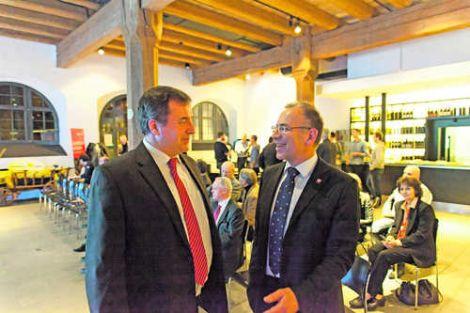 Hannes Germann (rechts) im Gespräch mit Rolf Bänziger, dem Leiter der HFW Schaffhausen.Bild Simon Brühlmann