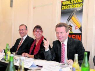 Ernstes Thema, lockere Stimmung: Marcel Sonderegger, Barbara Müller-Buchser und Hannes Germann (v. r.). Bild Selwyn Hoffmann