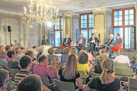 Das SN-Podium: Thomas Minder, Walter Vogelsanger, SN-Redaktor Robin Blanck, Reto Dubach und Hannes Germann (vorne sitzend von links). Bild Michael Kessler