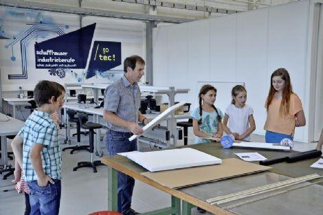 Das «go tec!»-Wissenslabor in Neuhausen hat vor einem Jahr die Pforten geöffnet. Geschäftsführer Christoph Leu hielt seinen allerersten Kurs mit Schülerinnen und Schülern der Privatschule Tandem in Hallau.Bild Zoltan Tamassy