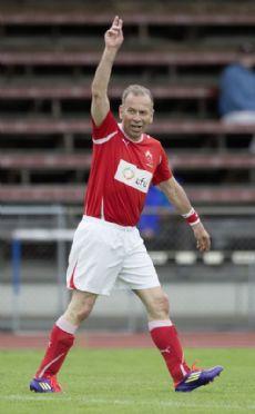 Hannes Germann bei einem Spiel gegen eine internationale Diplomatenmannschaft 2014. Rund 20 Spiele absolviert der FC Nationalrat pro Jahr. Bild Key