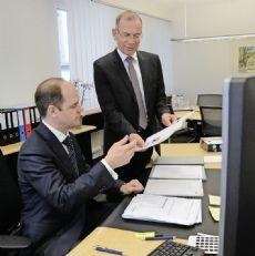 Direktor Beat Stöckli (l.) und Verwaltungsratspräsident Hannes Germann sind zufrieden mit dem operativen Ergebnis der Ersparniskasse im Geschäftsjahr 2015.Bild Rolf Fehlmann
