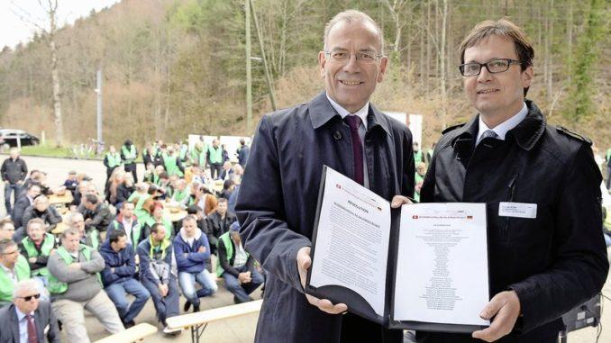 Der Schaffhauser Ständerat Hannes Germann (links im Bild) nahm zum Abschluss der Veranstaltung eine Resolution über den deutsch-schweizerischen Schulterschluss für den Erhalt der Zollstelle Bargen von Thomas Albiez (rechts), Hauptgeschäftsführer der Industrie- und Handelskammer Schwarzwald-Baar-Heuberg, entgegen. Bild Selwyn Hoffmann
