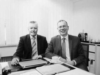 Bankdirektor Dieter Sommer und VR-Präsident Hannes Germann (rechts) können gute Zahlen vorweisen. Bild Hans Wicki