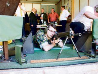 Lukas Hegi, Präsident der Kantonalen Offiziersgesellschaft Schaffhausen, am Sturmgewehr.