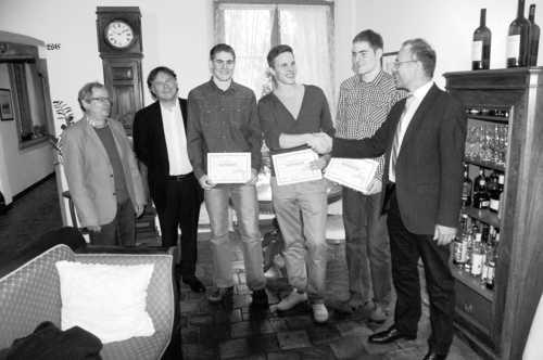Der Meta-Preis-Initiant Ernst A. Müller und LCS-Präsident Peter Knöpfli (v. l.) sind dabei, als der Schaffhauser Ständerat Hannes Germann (ganz rechts) das LCS-Hochspringerteam mit Simon Sieber, Kevin Lenhard und Roman Sieber (v. r.) mit dem Meta-Preis 2011 auszeichnet.Bild H.C. Steinemann