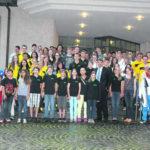 Ein Grossteil der 160 geehrten Sportler und Sportlerinnen versammelt sich zusammen mit Regierungsrat Christian Amsler (mit Krawatte) vor dem Park Casino Schaffhausen fürs Erinnerungsbild.Bilder Corina Fendt