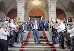 Geschafft: Der frisch gewählte Bundesrat Ignazio Cassis lässt sich feiern. Bild Key