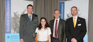 Gruppenbild: (v. l.) Major Michael Trachsel, Viviane Vich, Ständerat Hannes Germann und Präsident Pascal Herren. BILD M. STANGER