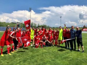 So sehen Sieger aus: Das Parlamentarier-Fussballteam hat in Österreich den EM-Titel gewonnen. NR MATTHIAS AEBISCHER PER TWITTER