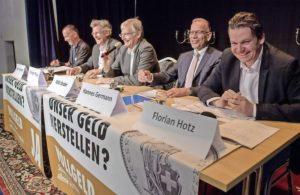 Nahmen die Meinungsverschiedenheiten mit Humor: Befürworter und Gegner der Vollgeld-Initiative im Hotel Kronenhof. BILD MICHAEL KESSLER