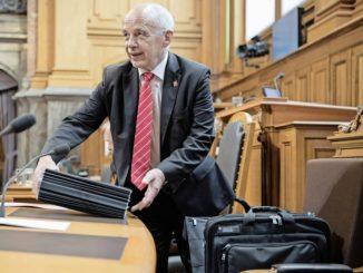 Finanzminister Ueli Maurer sortiert seine Akten gestern im Ständerat zur Debatte zum AHV-Steuer-Deal. BILD KEY