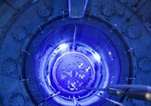 Blick in den offenen Reaktordruckbehälter des AKWs Mühleberg. Nächstes Jahr wird ihm der Stecker gezogen. BILD KEY