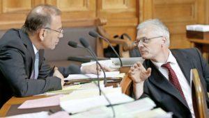 Hannes Germann (l.) und Thomas Minder besprechen sich im Ständerat. BILD KEY
