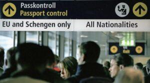 Reisende warten am Flughafen bei der Passkontrolle – Leute aus dem EU- und dem Schengen-Raum können separat anstehen. BILD KEY