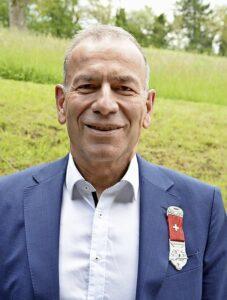 Ständerat Hannes Germann mit dem Kranzabzeichen. BILD M. STANGER