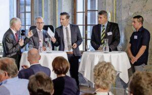 Sie kämpfen um zwei Sitze für den Kanton Schaffhausen im Ständerat: die bisherigen Thomas Minder (Parteilos) und Hannes Hermann (SVP) sowie die Herausforderer Christian Amsel (FDP) und Patrick Portmann (SP) (v. l.). In der Mitte Robin Blanck, Chefredaktor Schaffhauser Nachrichten. BILD MICHAEL KESSLER